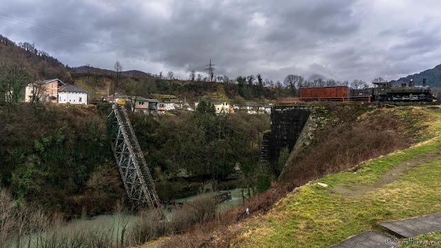 Jul&Gaux SerialHikers autostop hitchhiking aventure adventure alternative travel voyage volontariat volonteering bosnia train