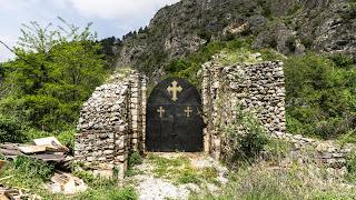SerialHikers stop autostop world monde tour hitchhiking aventure adventure alternative travel voyage sans avion no fly prizren monastry kosovo monastère