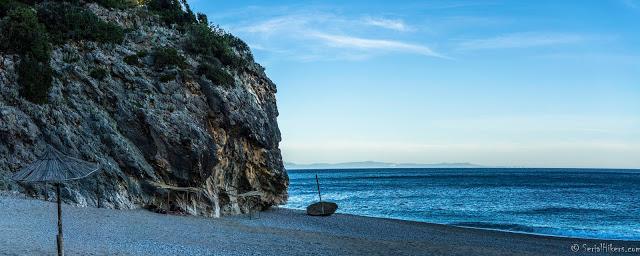 La Riviera Albanaise et ses plages secrètes - Albanie SerialHikers roadtrip hitchhiking autostop adventure aventure beach Gjipe crique cove panorama road sea côte Saranda Dhermi Vlora Ksamil Himara porto palermo
