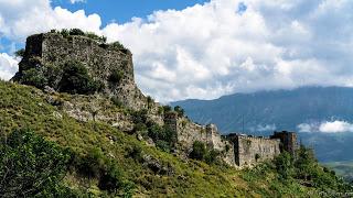 Jul&Gaux SerialHikers autostop hitchhiking aventure adventure alternative travel voyage volontariat volonteering gjirokaster albania castle chateau