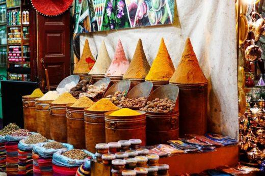backpacking Jul&Gaux SerialHikers autostop hitchhiking aventure adventure alternative travel voyage volontariat volonteering Maroc bazar spice food