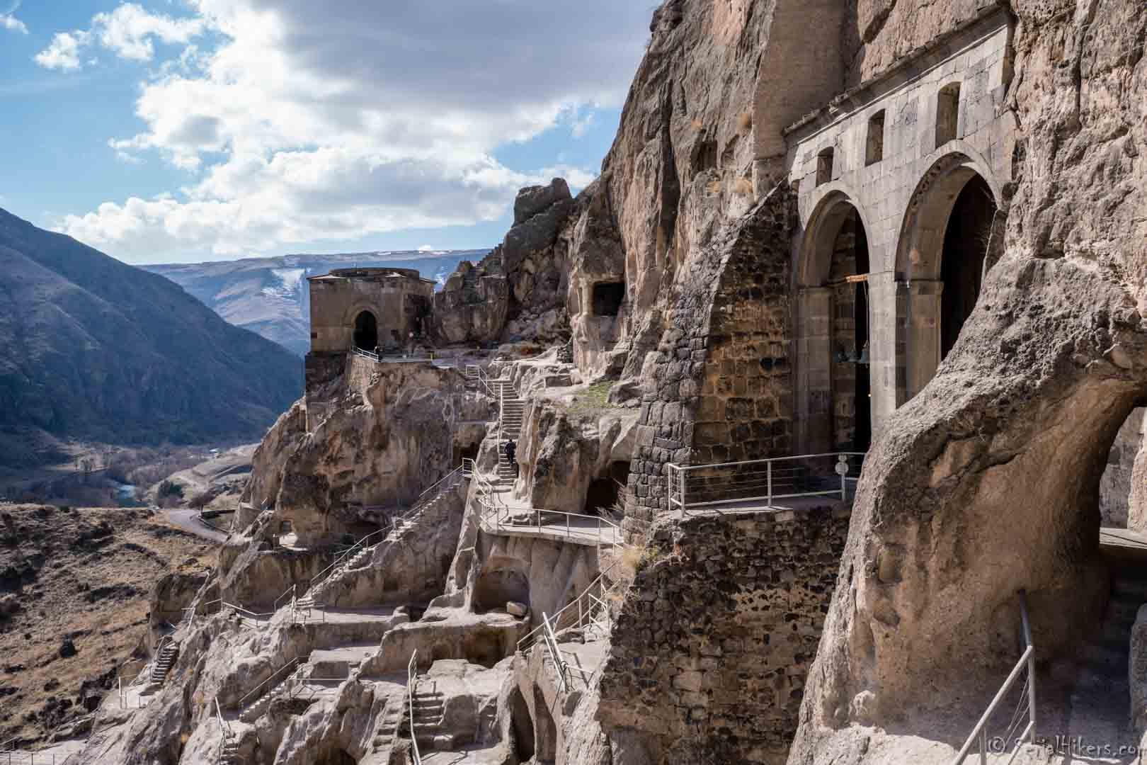 SerialHikers stop autostop world monde tour hitchhiking aventure adventure alternative travel voyage sans avion no fly caucase georgie georgia Vardzia cave