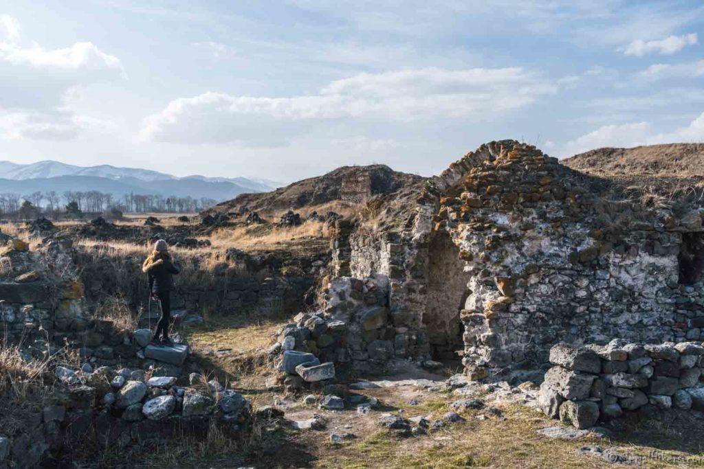 lori berd backpacking Jul&Gaux SerialHikers autostop hitchhiking aventure adventure alternative travel voyage volontariat volonteering caucase armenia armenie monastery monastère
