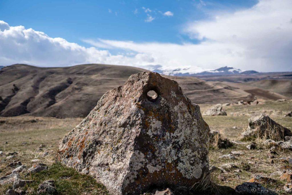 Zorats Karer Karahunj stones age backpacking Jul&Gaux SerialHikers autostop hitchhiking aventure adventure alternative travel voyage volontariat volonteering caucase armenia armenie