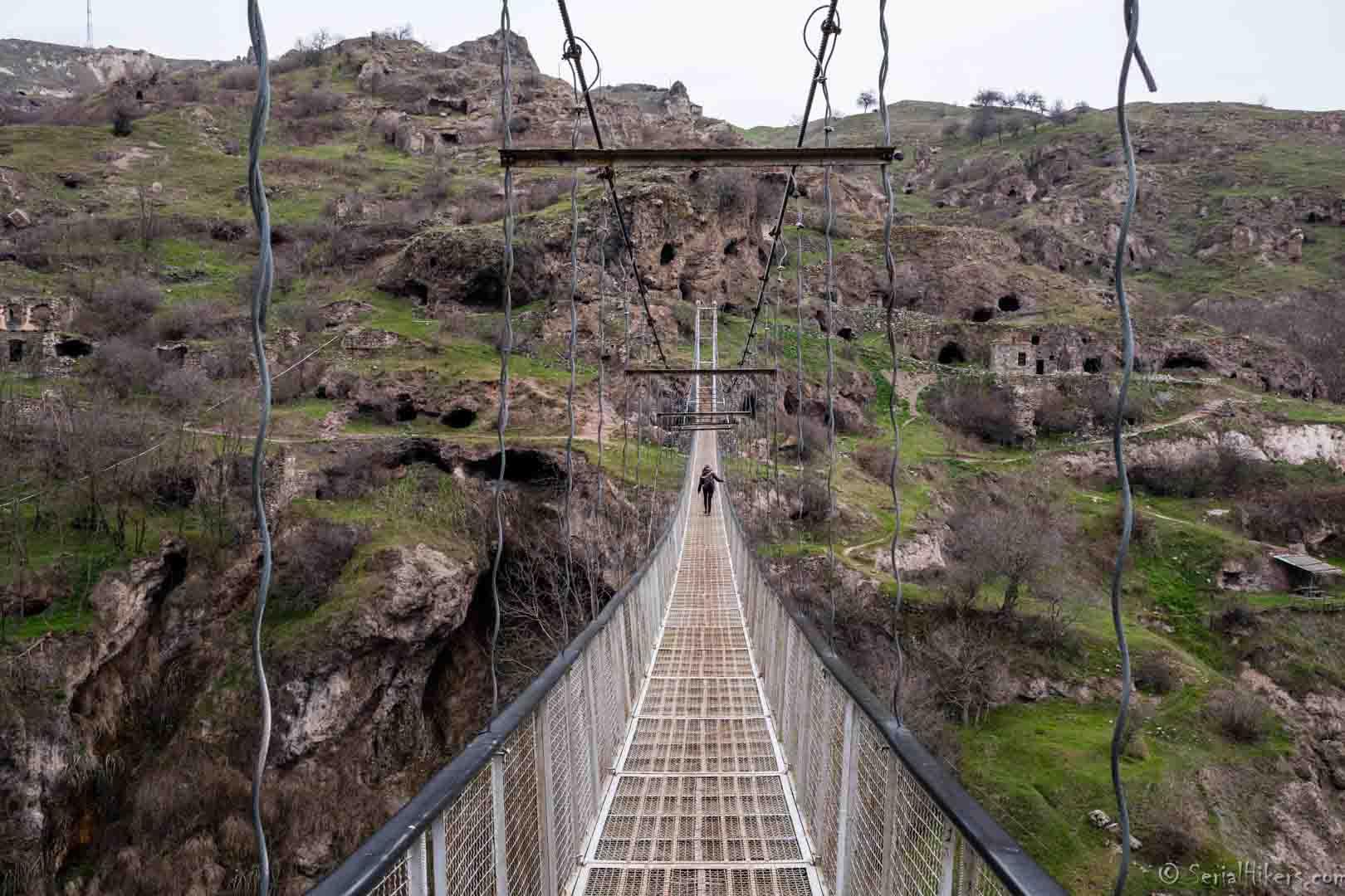 SerialHikers stop autostop world monde tour hitchhiking aventure adventure alternative travel voyage sans avion no fly Khndzoresk swing bridge pont suspendu caucase armenia armenie monastery monastère