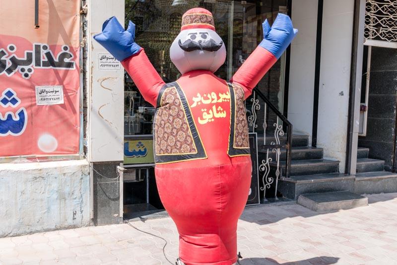 SerialHikers stop autostop world monde tour hitchhiking aventure adventure alternative travel voyage sans avion no fly destination Iran Yazd street rue publicité dancing man