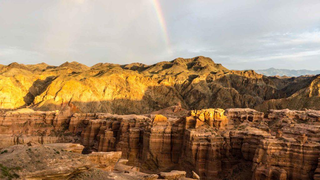 backpacking Jul&Gaux SerialHikers autostop hitchhiking aventure adventure alternative travel voyage volontariat volonteering Kazakhstan Charyn canyon rainbow arc-en-ciel