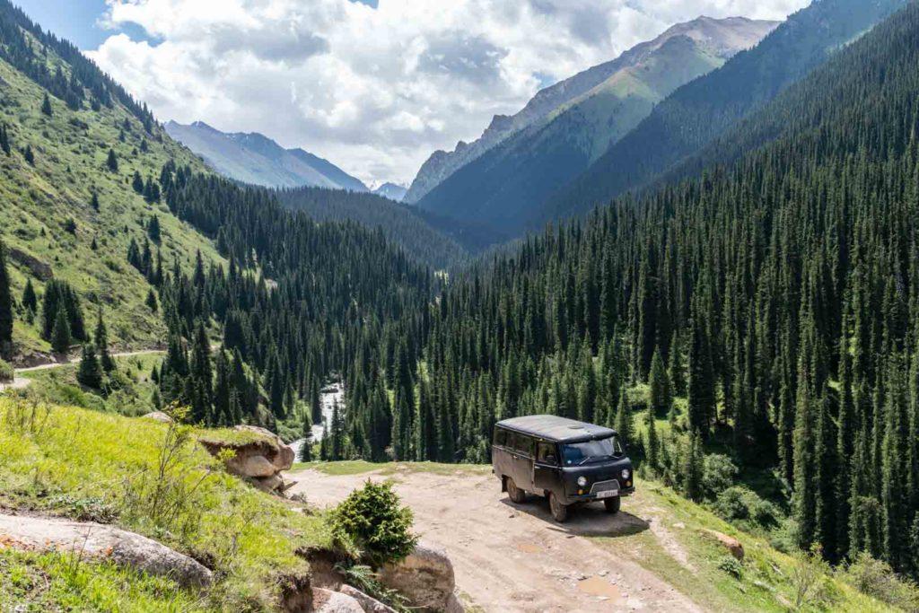 backpacking Jul&Gaux SerialHikers autostop hitchhiking aventure adventure alternative travel voyage volontariat volonteering Kyrghyzstan Kirgizstan Karakol valley Ala kul alakoul lake lac randonnée hike horse cheveaux camping