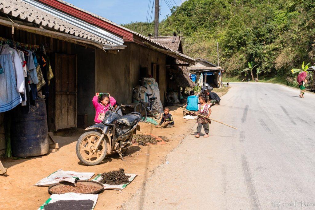 backpacking Jul&Gaux SerialHikers stop autostop world tour hitchhiking aventure adventure alternative travel voyage volontariat volonteering roadtrip laos autostop