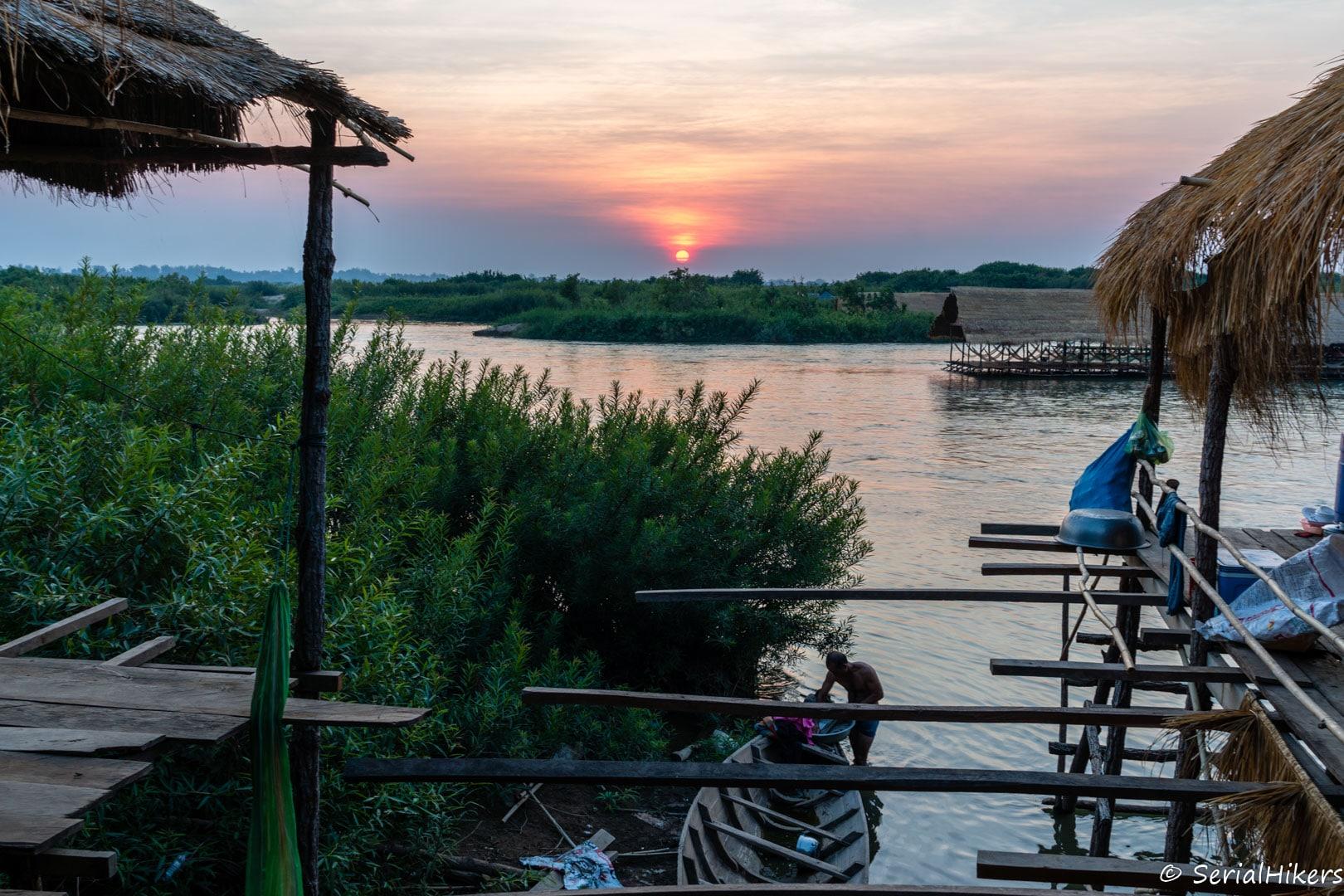 backpacking Jul&Gaux SerialHikers autostop hitchhiking aventure adventure alternative travel voyage cambodge cambodia dolphins mekong dauphins kratie