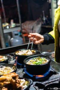 backpacking Jul&Gaux SerialHikers autostop hitchhiking aventure adventure alternative travel voyage volontariat volonteering china chine gansu night market marché food noodles