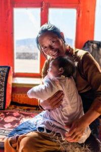 backpacking Jul&Gaux SerialHikers autostop hitchhiking aventure adventure alternative travel voyage volontariat volonteering china chine sichuan litang village tibetain tibetan mother baby