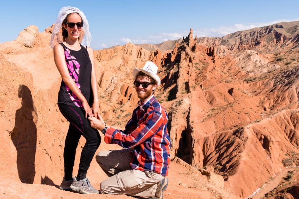 backpacking Jul&Gaux SerialHikers autostop hitchhiking aventure adventure alternative travel voyage volontariat volonteering Kyrgyzstan Kirghizistan skazka canyon
