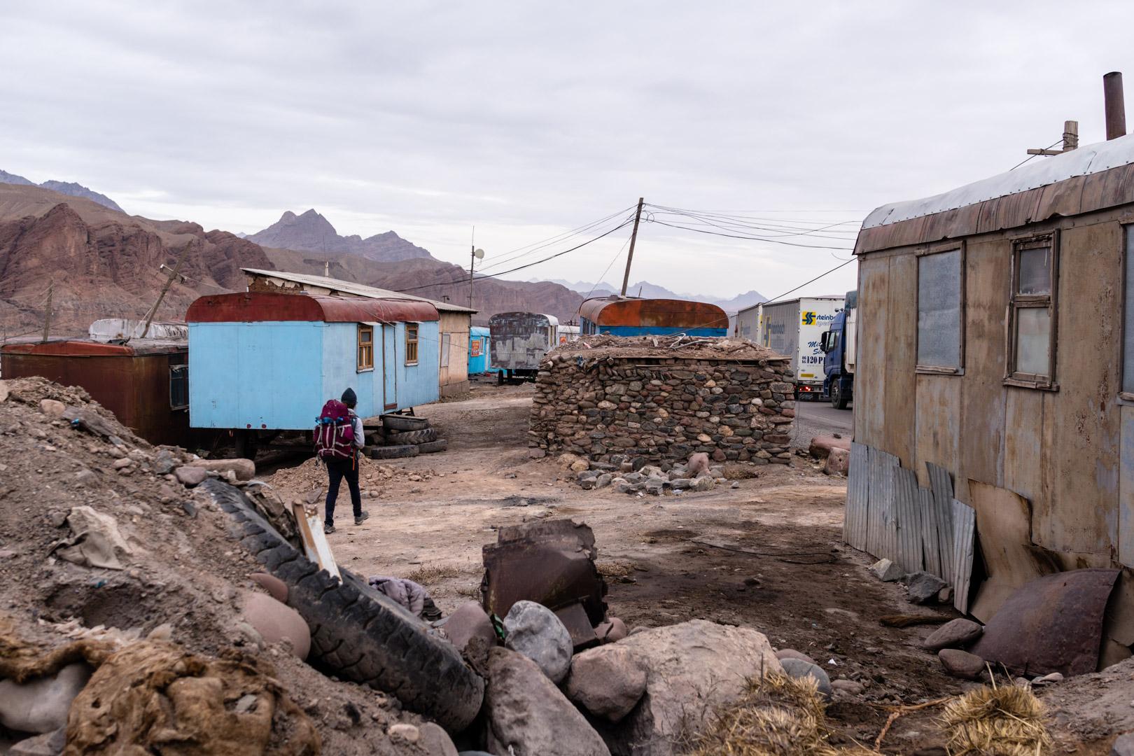 SerialHikers stop autostop world monde tour hitchhiking aventure adventure alternative travel voyage sans avion no fly Kyrghyzstan Kirgizstan border china frontière chine voyager minimaliste