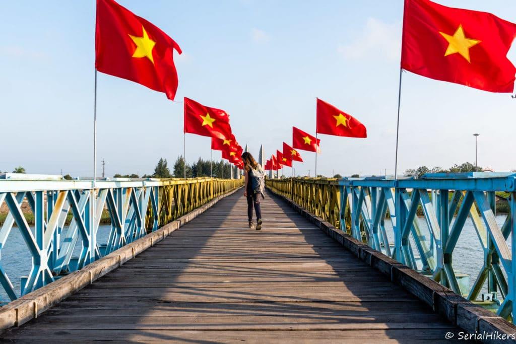SerialHikers stop autostop world monde tour hitchhiking aventure adventure alternative travel voyage sans avion no fly vietnam pont bridge hien luong