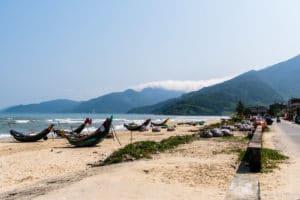 SerialHikers stop autostop world monde tour hitchhiking aventure adventure alternative travel voyage sans avion no fly vietnam lang co plage beach
